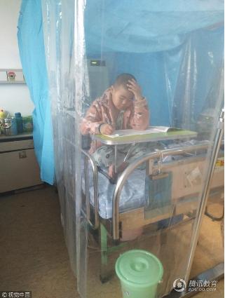 9岁男孩患癌_一个人在隔离罩里完成期末考试